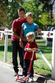 Glad ung familj — Stockfoto