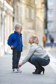 Mother helping son — Stockfoto
