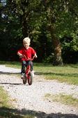 Pojke rida sin cykel — Stockfoto