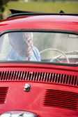Senior man in vintage car — 图库照片