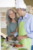 Senior couple cooking — Stockfoto