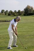 Senior man playing golf — 图库照片