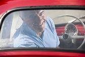 Äldre man i vintage bil — Stockfoto