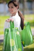Mujer joven con bolsas reutilizables — Foto de Stock