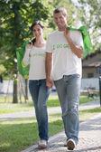 Mladý pár s jednorázovým tašky — Stock fotografie