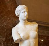 Estatua de venus de milo en el museo del louvre en parís — Foto de Stock