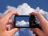 Manos con una cámara — Foto de Stock