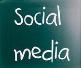 """""""sosyal medya bir kara tahta üzerinde beyaz tebeşir ile el yazısı — Stok fotoğraf"""