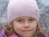 Een mooi jong meisje plezier spelen in de sneeuw — Stockfoto