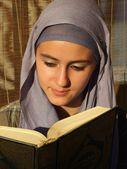 A beautiful young muslim reading to quran — Stock Photo