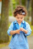 Blyg liten flicka — Stockfoto