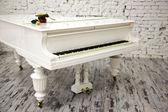 Weiße klavier mit schöne gelbe rose — Stockfoto