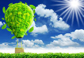 Balão verde com céu azul — Fotografia Stock