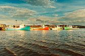 Rybářský člun při západu slunce v přístavu — Stock fotografie
