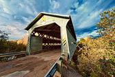 Overdekte houten brug — Stockfoto