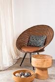 Cadeira do rattan marrom em ambiente interior — Foto Stock