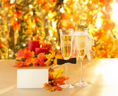 Champagne glasses with conceptual heterosexual decoration — Foto de Stock