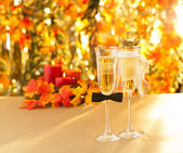 Champagne glasses with conceptual heterosexual decoration — Foto Stock