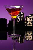 Metropolis Manhattan cocktail in city skyline setting — Stock Photo
