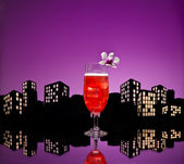 Metropolis Singapore Sling cocktail in city skyline setting — Stock Photo