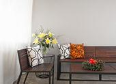 Salón patio con jardín corona banco y adviento — Foto de Stock