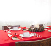 Red Christmas dinner table setup  — Stockfoto