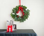 Рождественский венок на стороне платы с настоящим — Стоковое фото