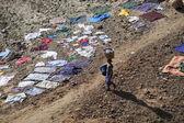 Vrouw wark voor het drogen van kleren op de grond — Stockfoto