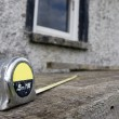 Builders diy tape measure on scaffolding at building site - Foto de Stock