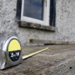 Builders diy tape measure on scaffolding at building site - Foto Stock