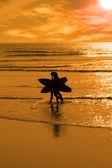 Himmlischer surfen paar silhouette — Stockfoto
