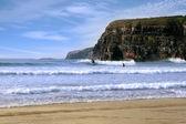 Surfeurs surf près des falaises de ballybunion — Photo