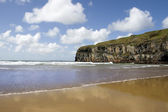 Atlantic waves on Ballybunion beach and cliffs — Stock Photo