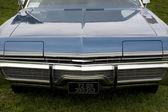 Le capot d'une voiture classique de bleu américain — Photo