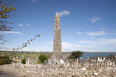 Ardmore redondo torre y cementerio celta con catedral — Foto de Stock