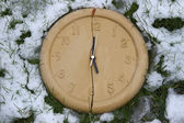 Broken clock face in the frozen snow — Stockfoto