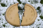Broken clock face in the snow — Stock Photo