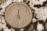 Clock face in the frozen snow — Stockfoto