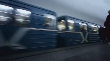 Train arrives at Moscowskaya subway station in Moscow — Stock Video