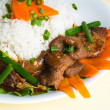 Beef stir-fry with vegetable and rice — Стоковая фотография