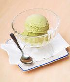 Cucharada del helado. helado en el fondo. — Foto de Stock