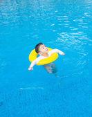 Baby jongen activiteiten op de pool, kinderen zwemmen — Stockfoto