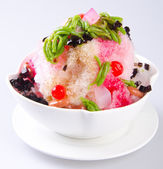 Ice kacang, dessert of shaved ice with icecream — Stock Photo