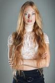 Портрет крупным планом сексуальная Рыжеволосая девушка с красивые голубые глаза на белом фоне — Стоковое фото