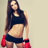 Güzel cinsel boks kız, fitness, gri bir arka plan üzerinde — Stok fotoğraf