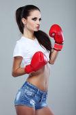 Chica hermosa sexual boxeo, fitness, sobre un fondo gris — Foto de Stock