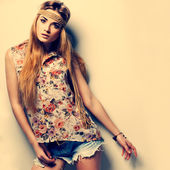 Fotka krásná dívka je v módní styl, vinobr — Stock fotografie