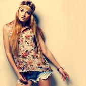 Zdjęcie pięknej dziewczyny jest w moda styl ubierania — Zdjęcie stockowe