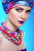 Renkli kumaştan, pembe bir arka plan, glamour üzerinde bir başkanı elbiseli güzel kız fotoğrafı — Stok fotoğraf