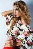 美しい少女の写真は、ファッションのスタイル — ストック写真